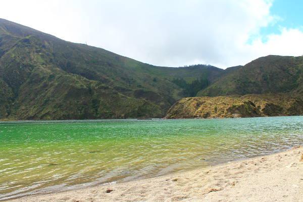 La plage sauvage du lac Lagoa de Fogo