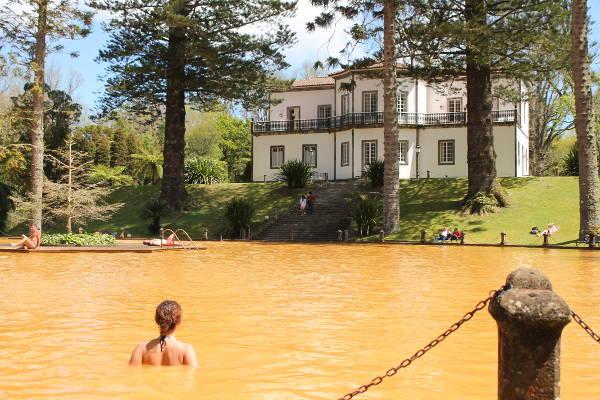 Le bassin d'eau thermale dans le parc Terra Nostra