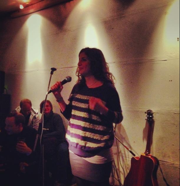 Carmen stand up Comedy auf Deuglish